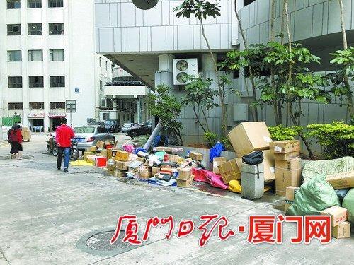 海光大厦旁,卸下的快递随意堆在路边。