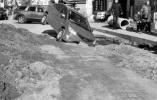 沈阳司机刚出小区载进施工沟 埋管道未设警示标志