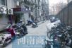 郑州一小区内汽车占据消防通道 车主:消防车来了再挪