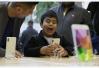 人民网:旧手机被降频 苹果该给消费者一个说法