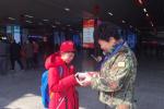 温州百名志愿者服务春运 与赶路人暖心相伴
