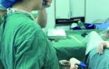 女医生突发哮喘 吸几口药坚持手术 网友点赞