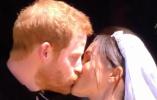 """哈里王子与梅根浪漫上演""""婚后第一吻"""" 乘马车巡游获祝福"""