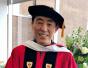 中国导演张艺谋获波士顿大学博士学位 手拿毕业证笑成花