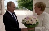 """俄总统给默克尔献花是侮辱?俄媒:普京是""""惯犯""""了!"""