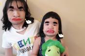 包文婧和女儿拍搞怪合照
