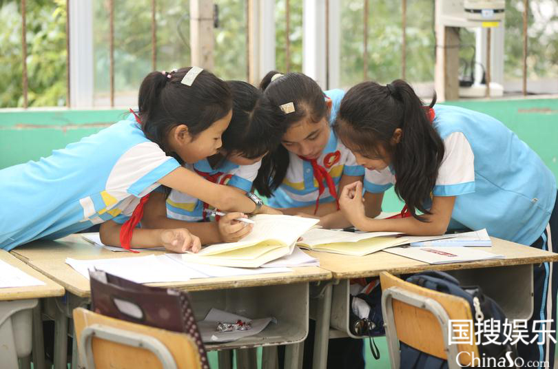 学生们在课堂专注学习