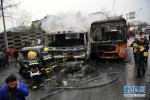 车辆侧翻驾驶室变形困住司机 消防破拆救人