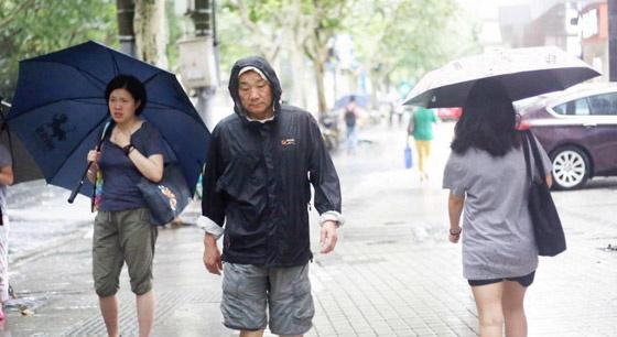 """台风""""温比亚""""登陆上海带来大风大雨"""