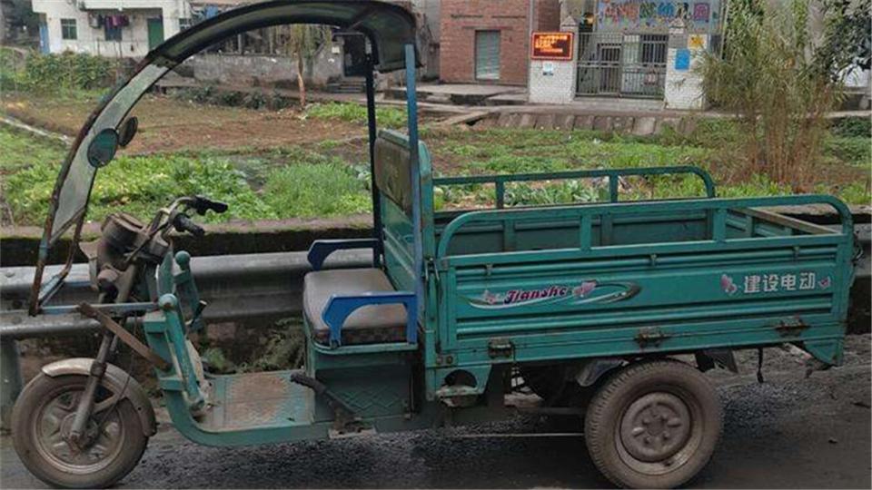 江苏徐州:男子偷车不会骑 栽进草丛当场被抓