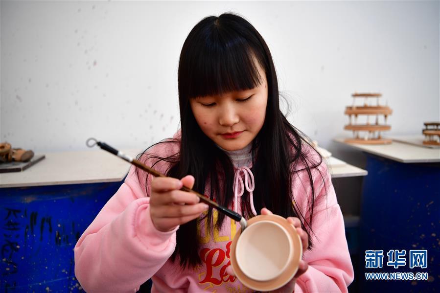 (文化)(1)河南汝州:汝瓷车间生产忙
