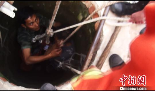 老人在消防官兵的保护下被拉出深井 消防供图