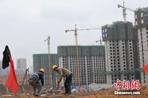 资料图。山西太原,民工在一建筑工地作业。<a target='_blank' href='http://www.chinanews.com/'>中新社记者 武俊杰 摄