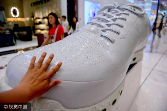 瀋陽一商場巨型運動鞋亮相 長1.5米驚呆過路人