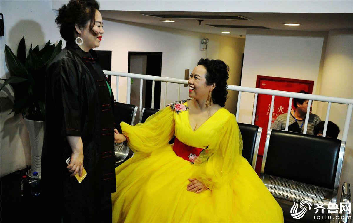 青岛:五旬大妈苦学音乐十余年举办个人独唱音乐会