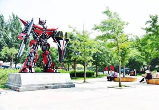 辽宁首座消防公园亮相 退役消防车打造5米高烈火金刚