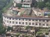 重庆一建筑火了:屋顶上是马路