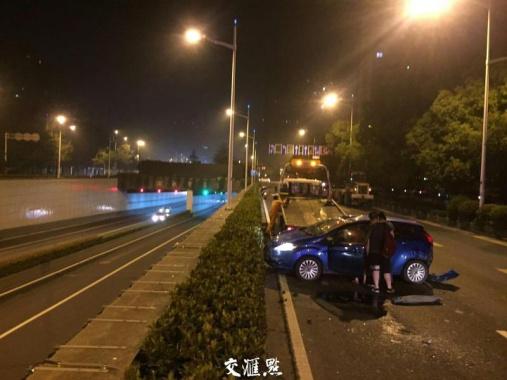 南京一司机疲劳驾驶追尾铲车致翻车