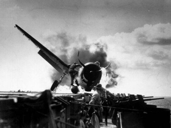 日本敢死队撞击美军舰