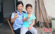 """父母吸贩毒被抓 民警当起9岁娃的""""临时爸妈"""""""