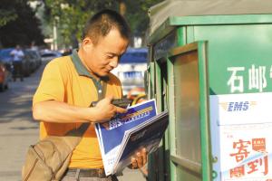直击他们烈日下的辛劳 本报首席记者 李青 本报记者 张海强 摄