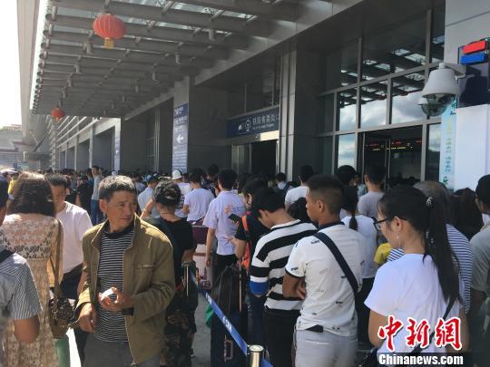 """记者亲历:""""避暑游""""让贵州高铁迎客忙"""