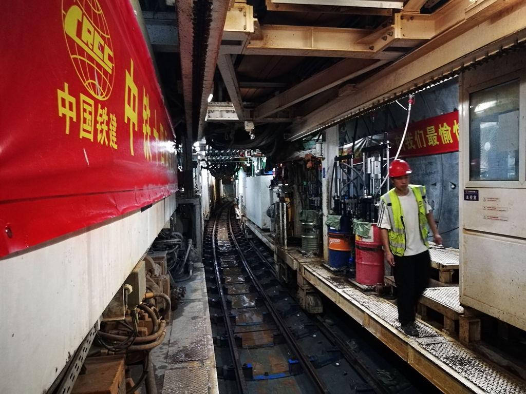 济南轨交R1线成功下穿京沪高铁