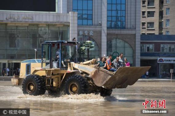 强降雨致吉林发生严重内涝 民众乘铲车出行