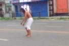 鞍山一男子光膀子站路中间跳舞 心中有曲特别嗨