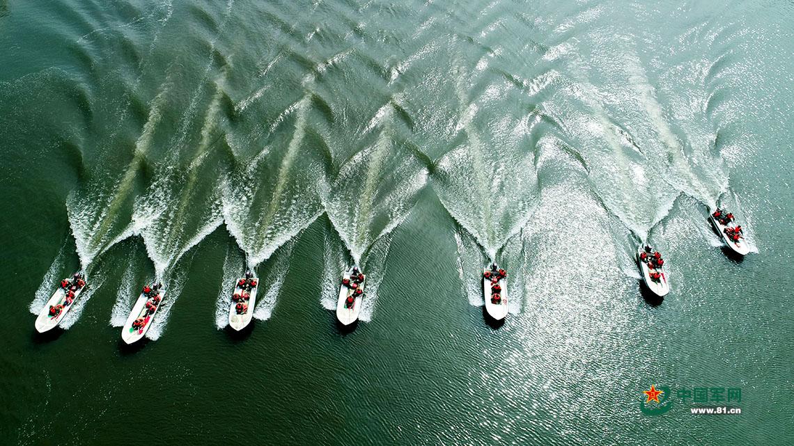 航拍水上演练超带感