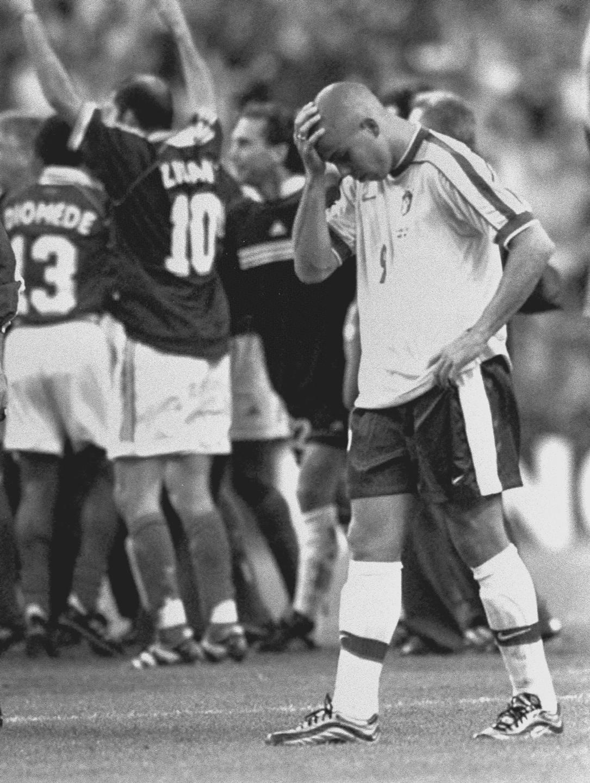 """1998年法国世界杯决赛,被给予厚望的""""外星人""""罗纳尔多发挥失常,巴西队爆冷以0比3负于东道主法国队。\\\\r\\\\n图为1998年7月12日,罗纳尔多在法国世界杯决赛后离场。"""