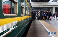 女子火车如厕掉落iPhoneX 南京铁警连夜沿铁轨寻回
