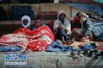 利比亚海军展开救援行动 救起300多名偷渡者