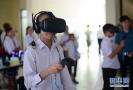 学生体验VR设备