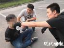 尴尬了!逃犯被累瘫在地,追他的民警原是八一男排队员