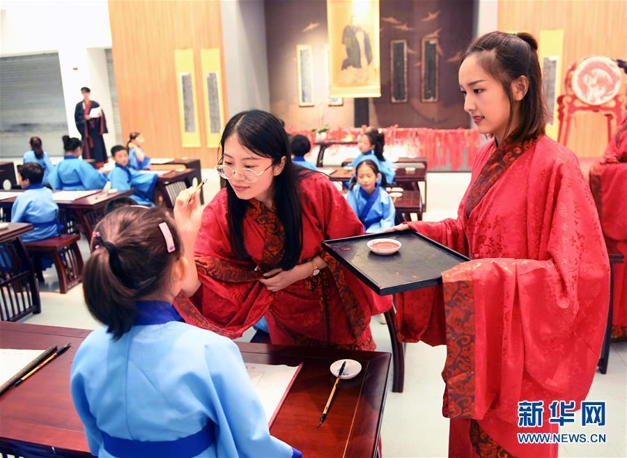 启智好学开笔有礼 青岛小学生体验传统礼仪文化