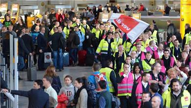 德国8座机场安检人员罢工 近千架航班取消