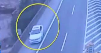 浙江金华:高速公路上倒车变道 交警及时拦下
