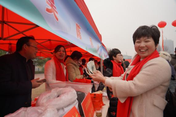 河南新县:第一书记组团进城卖年货
